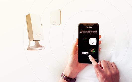 immagine di una persona che usa l'app e uno switch sullo sfondo