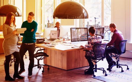 persone che lavorano in un ufficio condiviso